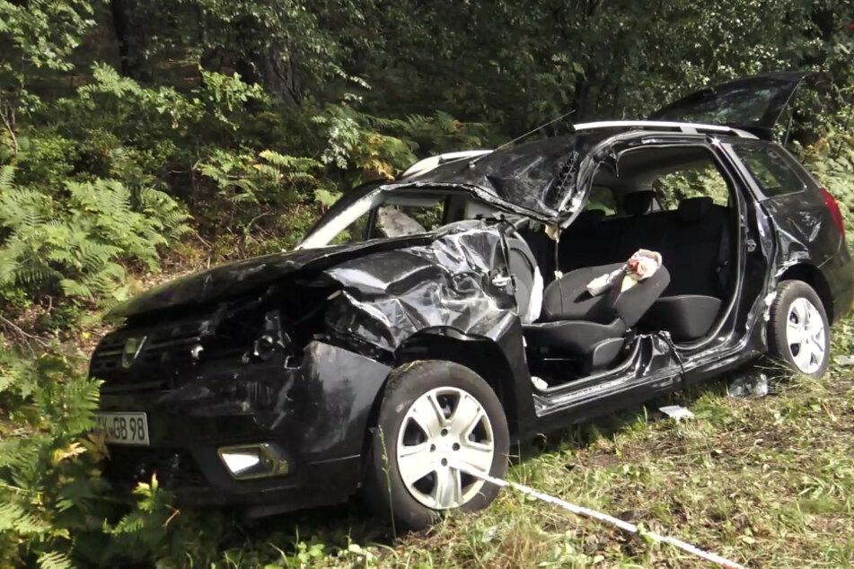 Das schwarze Auto landete mit einem Totalschaden im Graben.