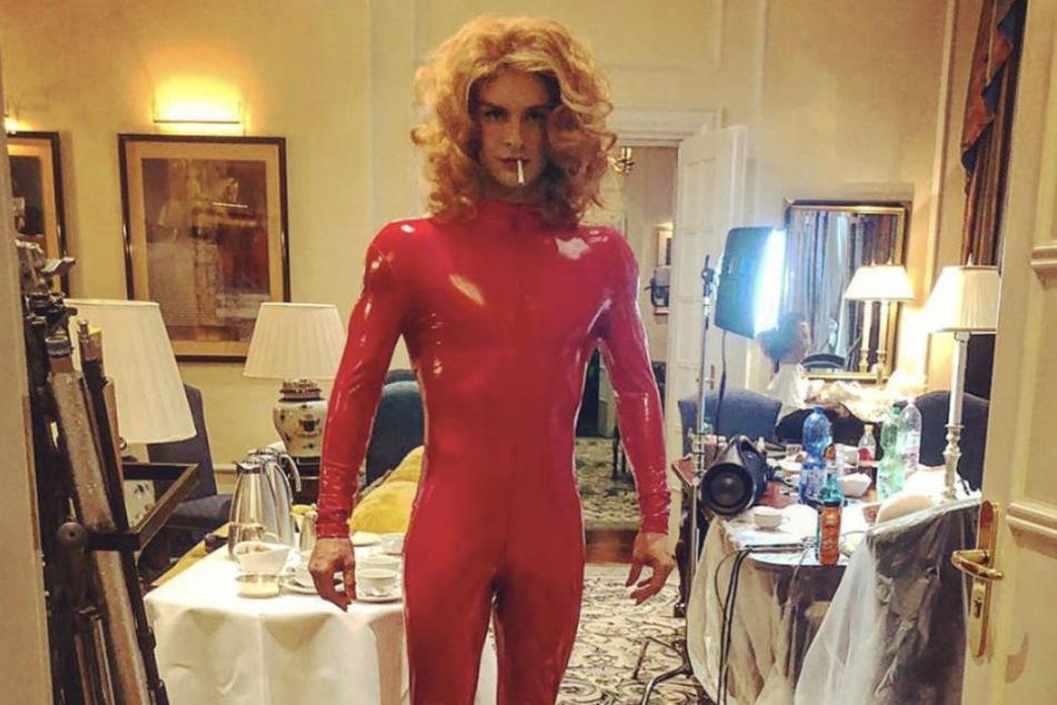 Nur wenige Tage später: Eric Stehfest im roten Latex-Anzug auf Instagram.