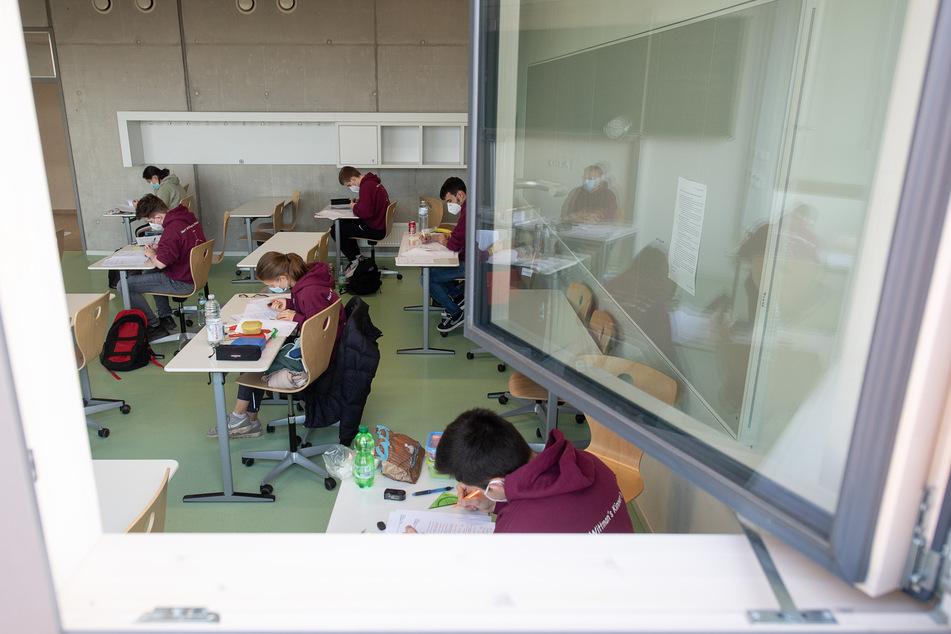 Je nach Infektionslage soll Lüften, Maske tragen und Wechselunterricht weiter Bestandteil der Schulen sein. (Symbolbild)