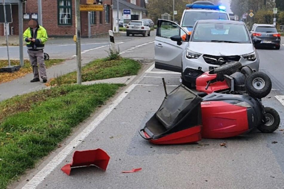 SUV wird geblitzt, fährt über Rot und rammt Rasenmähertraktor