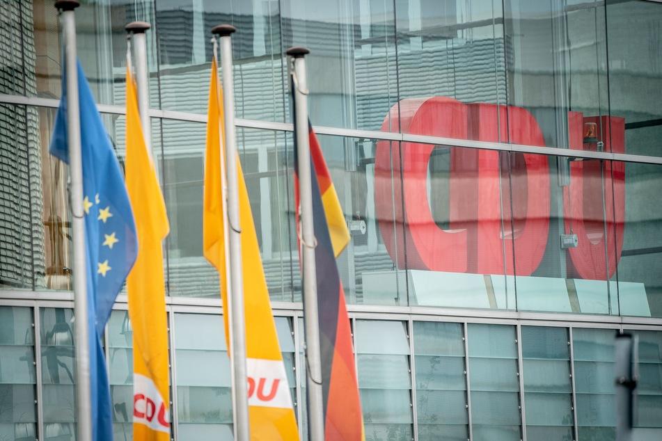 Die CDU-Spitze verschiebt angesichts der dramatischen Corona-Infektionszahlen den für den 4. Dezember in Stuttgart geplanten Parteitag zur Wahl eines Vorsitzenden ins nächste Jahr.
