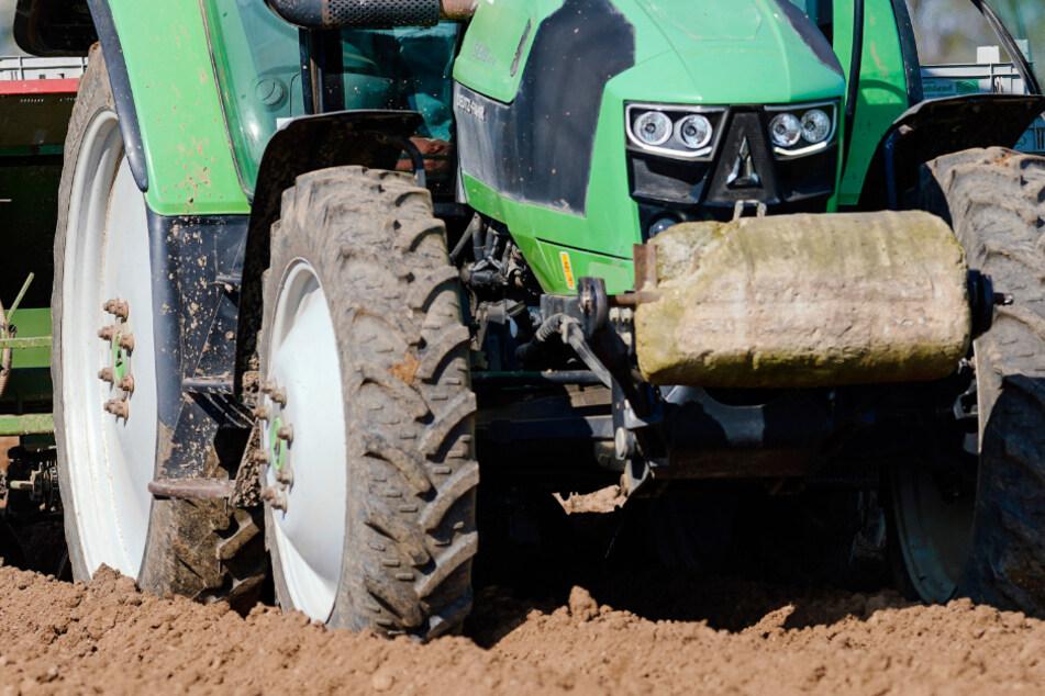 Traktor macht sich plötzlich selbstständig: Frau bei der Arbeit überrollt und getötet