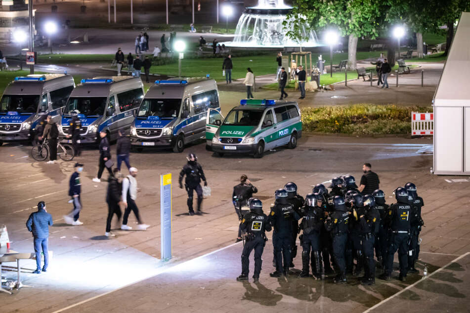 Einsatzkräfte der Polizei in der Nacht auf Sonntag am Schlossplatz.