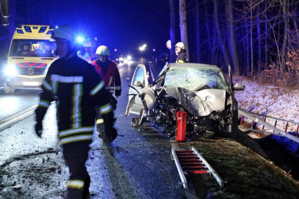 VW prallt gegen Baum: Fahrer schwer verletzt!
