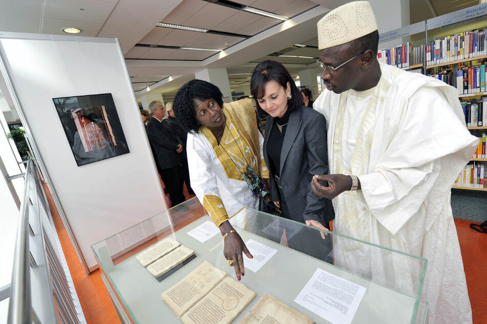 Besuch aus der Partnerstadt Timbuktu 2010: Elke Beer mit Botschafterin I.E. Fatoumata Sité Diakité und dem Abgeordneten El Hadji Baba Haidara.