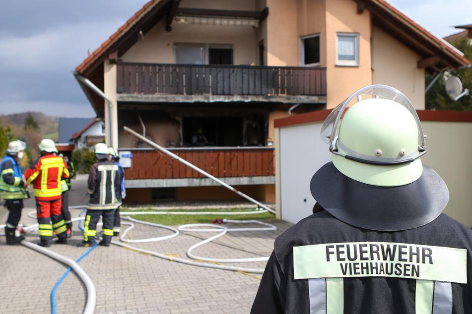 Feuerwehr rettet schwer verletzten Senioren aus brennender Wohnung