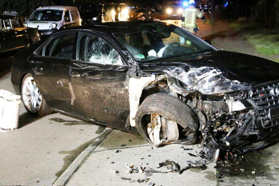 Vollbesetzter Audi fliegt über Straße, kracht in vier Autos und keiner will gefahren sein