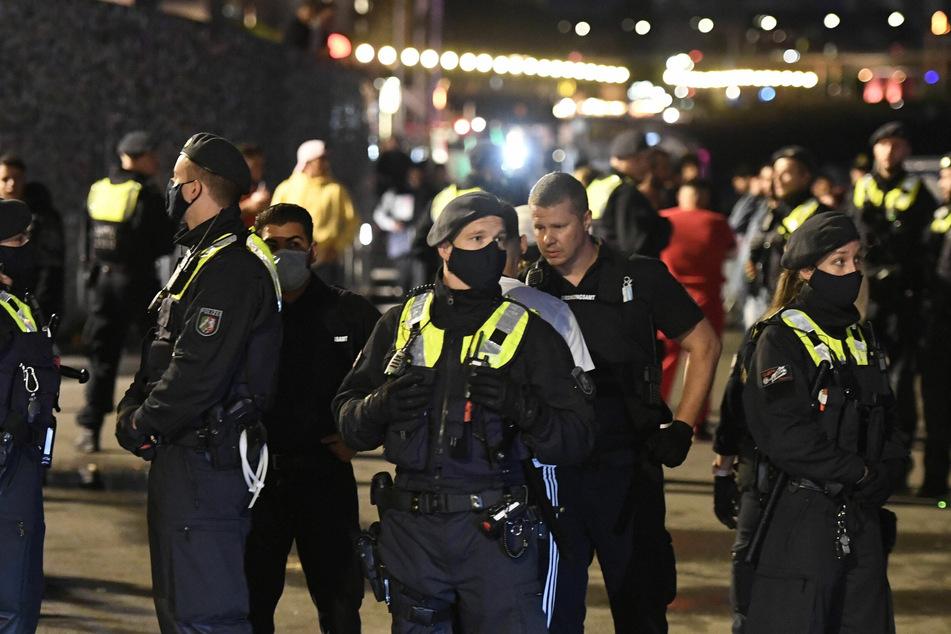 Polizei will schlichten, dann fliegen Flaschen