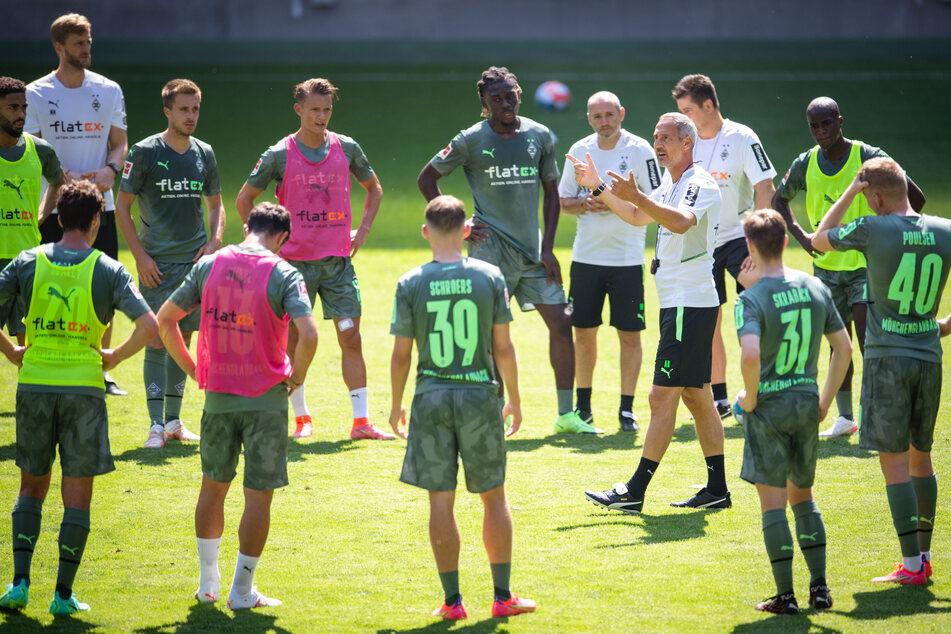 Gladbach-Coach Adi Hütter (51, im Innenkreis) muss eine Auswahl treffen, wen er am Samstag gegen Viktoria Köln auflaufen lässt.