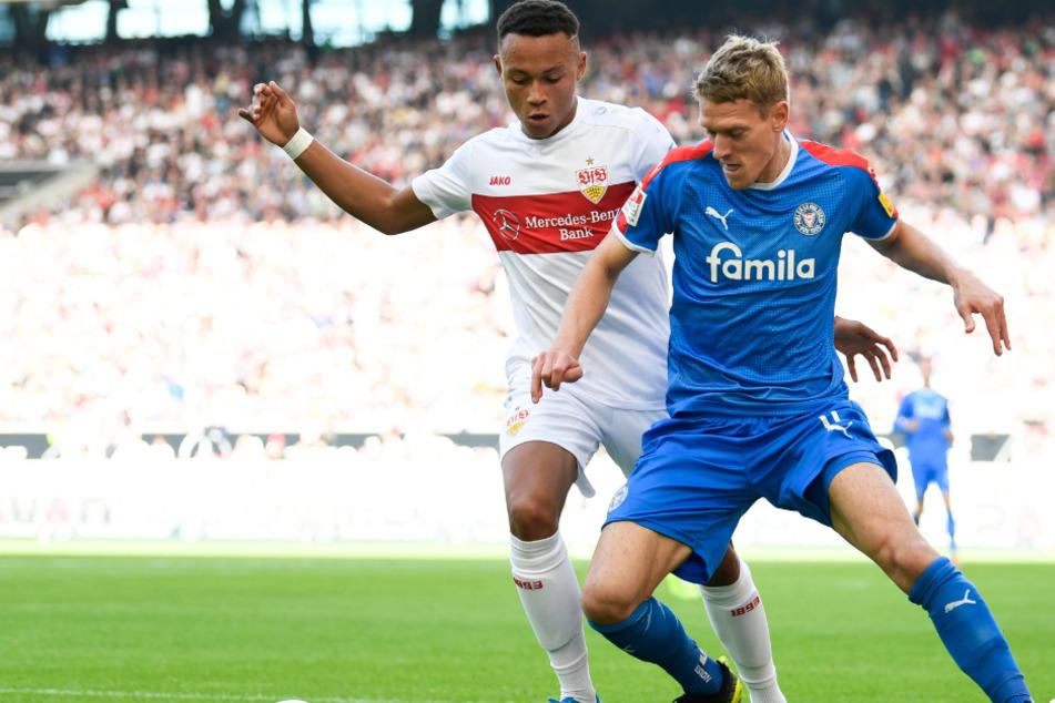 Im Hinspiel: Roberto Massimo (l.) vom VfB Stuttgart in Aktion gegen Johannes van den Bergh (r.) von Holstein Kiel.