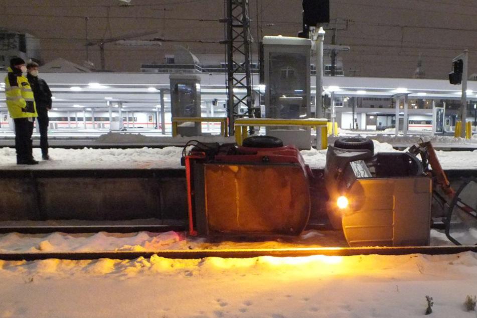 Unfall mit Folgen: Räumfahrzeug stürzt an Hauptbahnhof auf Gleise