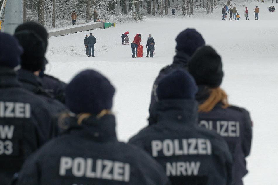 Polizei und Ordnungsbehörden kontrollieren die Einhaltung der Coronaschutzmaßnahmen in NRW-Wintersportgebieten.