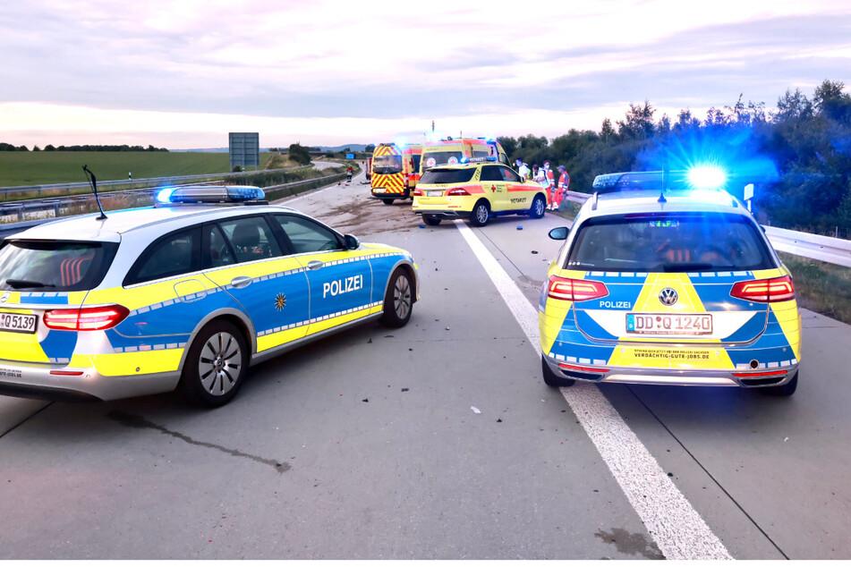 Polizei und Rettungsdienst sind zwischen Bahretal und Pirna auf der Autobahn vor Ort.