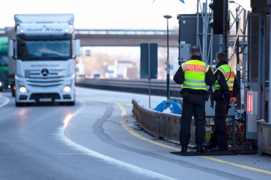 Polizisten stehen an der Autobahn 3 in der Nähe von Pocking an einer Kontrollstelle.