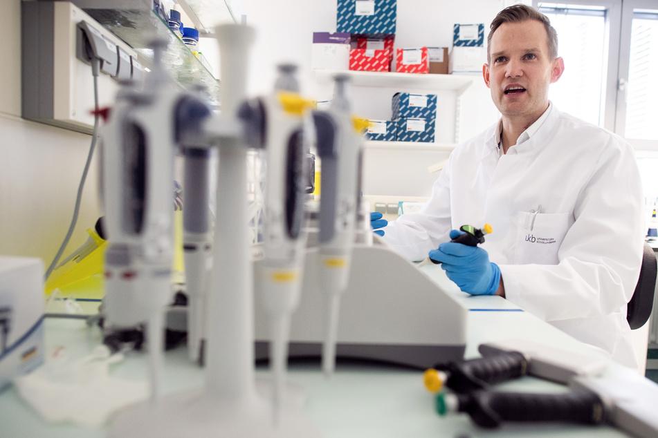 Professor Hendrik Streeck, Direktor des Institut für Virologie an der Uniklinik in Bonn, sitzt in einem Labor seines Institutes.