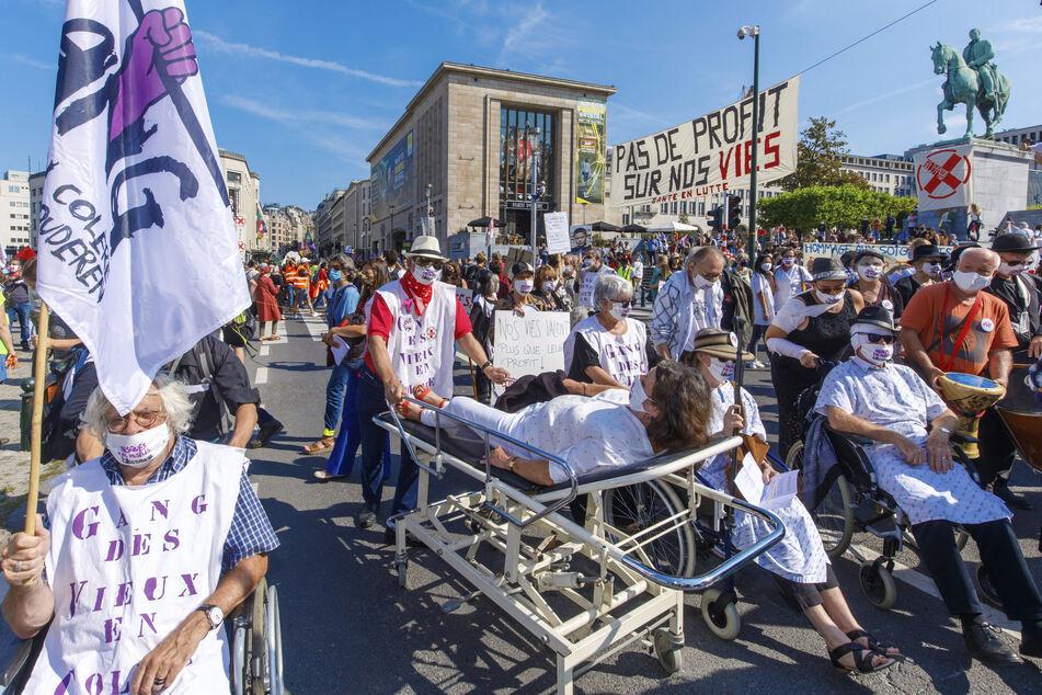 Beschäftigte des Gesundheitssektors demonstrieren im Zentrum von Brüssel für mehr Anerkennung und bessere Ausrüstung.