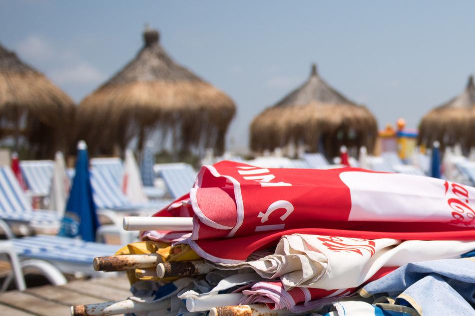 Türkei, Antalya: Sonnenschirme liegen am Strand von Lara auf leeren Strandliegen. (Archivbild)