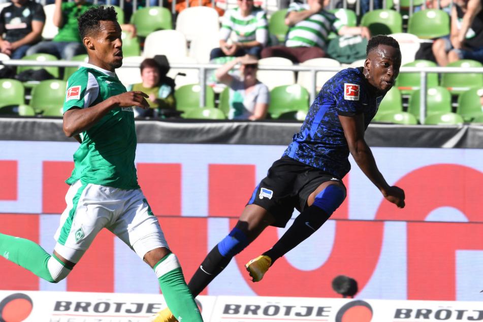 Dodi Lukebakio (r.) trifft zum 2:0. Theodor Gebre Selassie kann den Einschlag nicht verhindern.