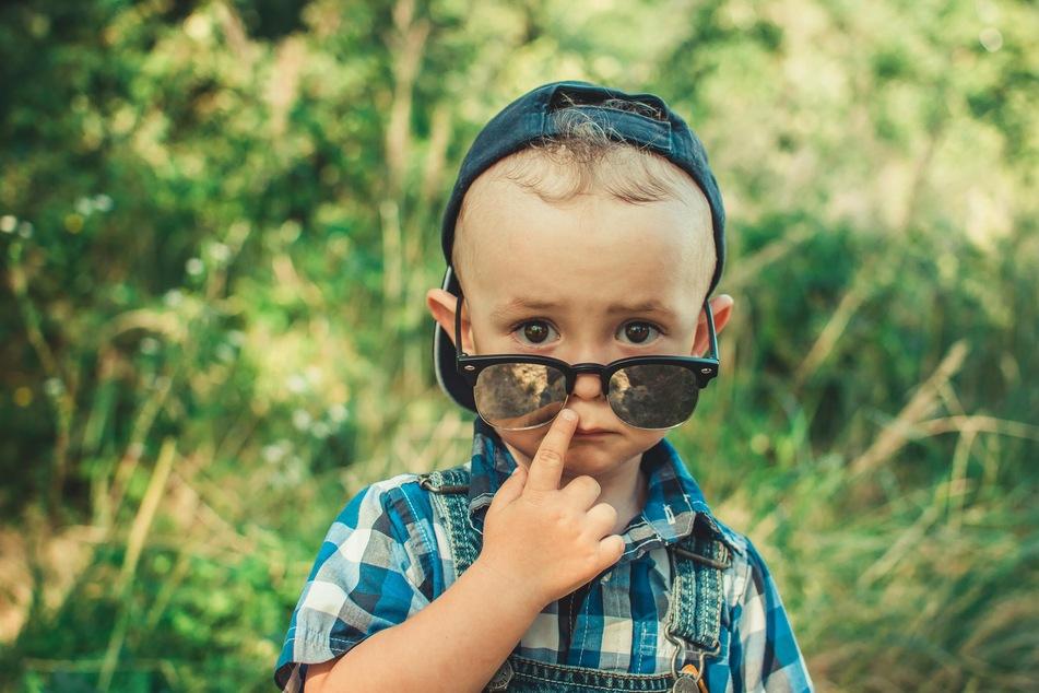 Wer Kinder schon früh an das Tragen einer Sonnenbrille gewöhnt, sorgt gut für den Schutz der Augen.