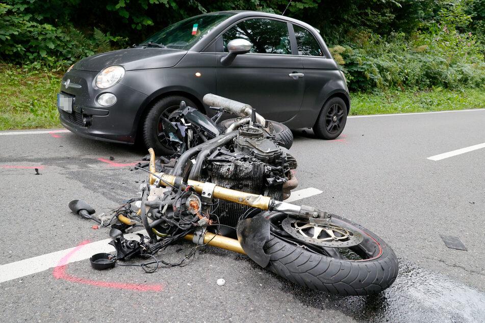 Der Biker wollte wohl schauen, ob die Fahrbahn zum Überholen frei sei. Dabei kam es zum Zusammenstoß mit einem VW.