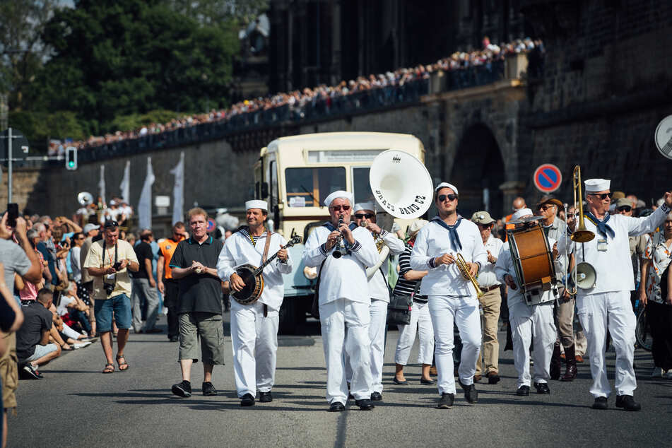 """Musiker der Band """"Brass Band Rakovnik"""" aus Tschechien spielen zur Dixieland-Parade in der Altstadt."""