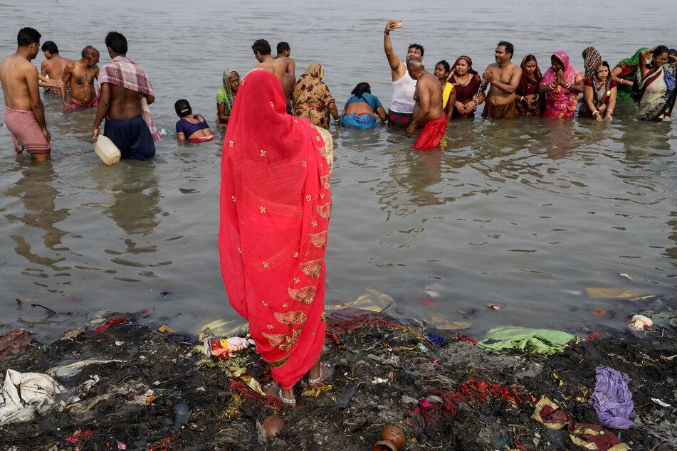 Pilger drängen sich im Fluss Hugli, ein Mündungsarm des Ganges, um während des hinduistischen Festes Makar Sankranti ein rituelles Bad zu nehmen.