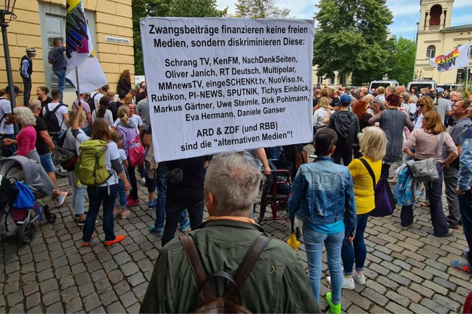 Demo gegen Rundfunkbeitrag: 1000 Menschen protestieren vor Potsdamer Verwaltungsgericht