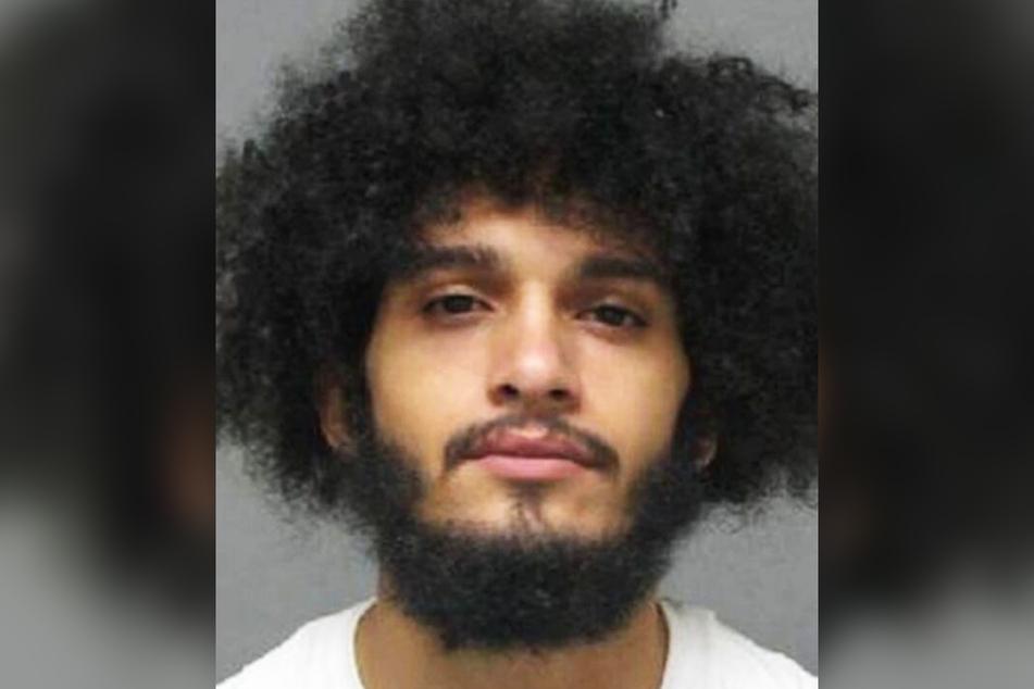 Isaiah Jackson (20) kniete auf dem Hals eines zweijährigen Kindes.