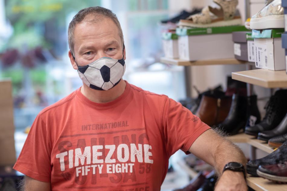 Schuhhändler Sven Menzel (56) wünscht sich mehr Gelassenheit bei Maskenmuffeln in kleinen Geschäften.