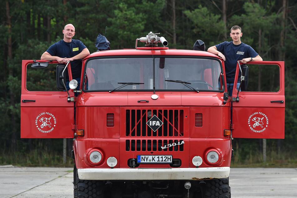 Stolz auf ihren historischen Feuerwehrwagen: Stefan Krone (38, l.) und Neffe Pascal Krone (22) brennen für den alten IFA W50 von 1989.