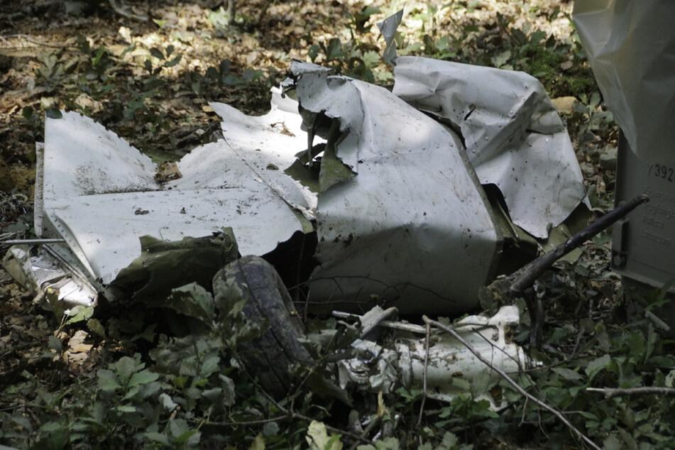 Das Flugzeug ist in mehrere Teile auseinandergebrochen.