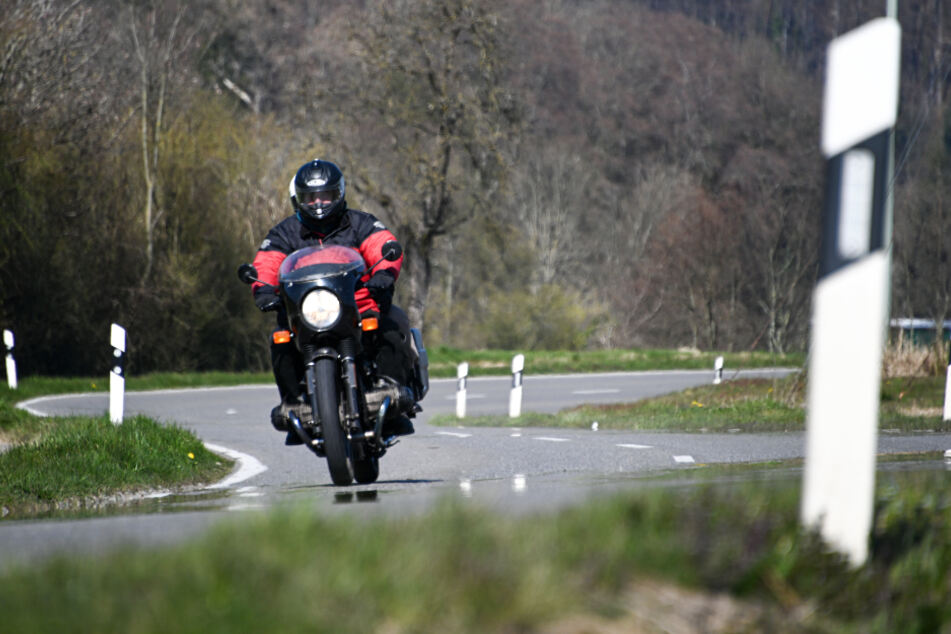 Der Honda-Fahrer war von der Fahrbahn abgekommen und gestürzt - auf der Gegenfahrbahn erfasste ihn die Yamaha eines zweiten Bikers. (Symbolbild)