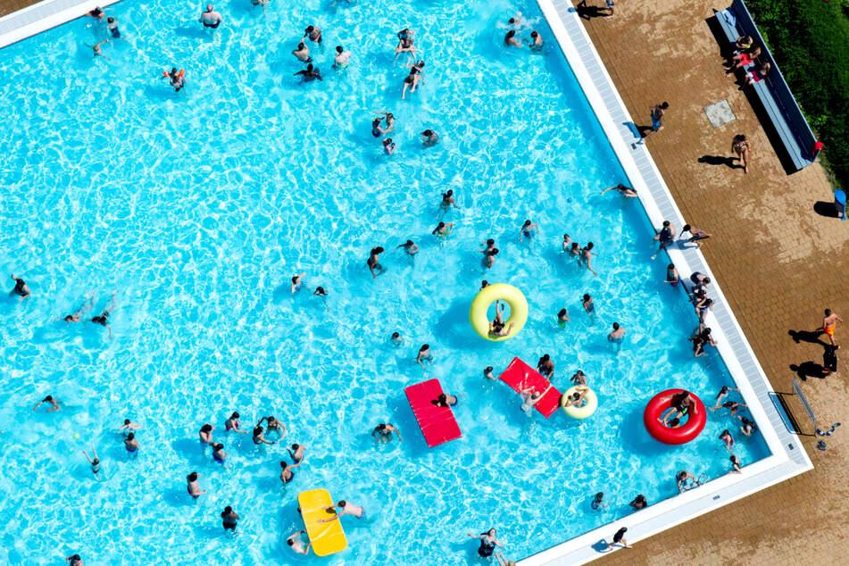 Wenn doch nur Corona nicht wäre, dann könnten wir alle ins Freibad - immerhin erwartet uns heute eine Sommerhitze von bis zu 38 Grad. (Archivbild)