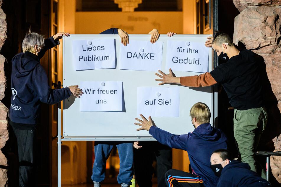 Mitarbeiter, Schauspieler, Tänzer und Sänger des Staatstheater Mainz haben mit einem Flashmob darauf aufmerksam gemacht, dass das Ensemble trotz der Schließung weiter da und lebendig ist.