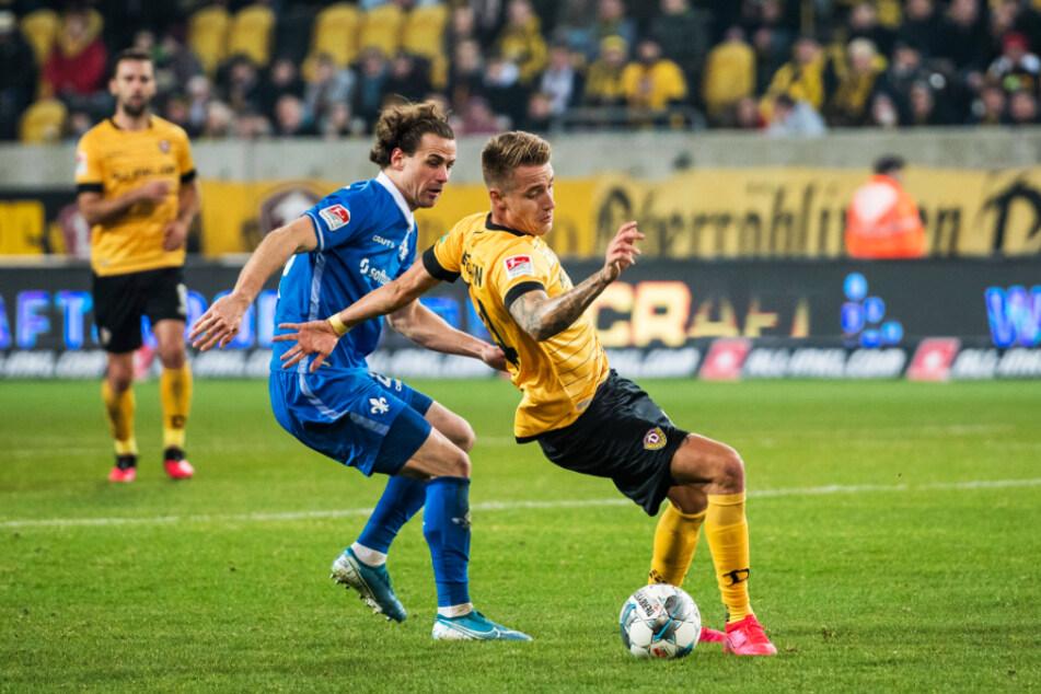Yannick Stark (l.) im Februar im Dynamo-Rückspiel gegen Darmstadt - hier im Zweikampf mit Ondrej Petrak.
