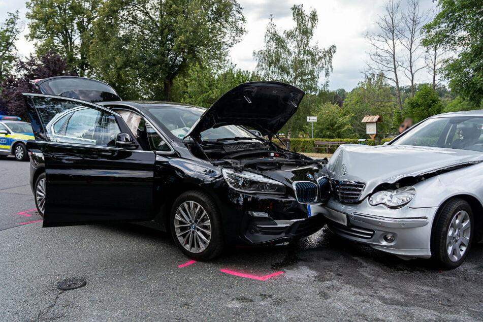 Vollsperrung: Heftiger Kreuzungscrash mit drei Verletzten