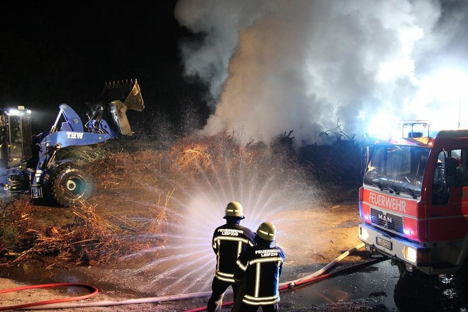 Zur Bekämpfung der Flammen wurde die Feuerwehr vom technischen Hilfswerk unterstützt.