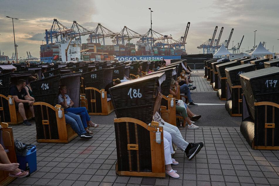 Besucher sitzen kurz vor Beginn des Konzerts auf ihren Plätzen.