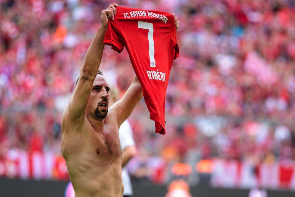 Franck Ribery hält im Mai 2019 beim Abschied von den Bayern-Fans sein Trikot hoch. Aufgrund seiner Vergangenheit beim deutschen Rekordmeister hat sich der Franzose gegen eine Rückkehr in die Bundesliga entschieden.