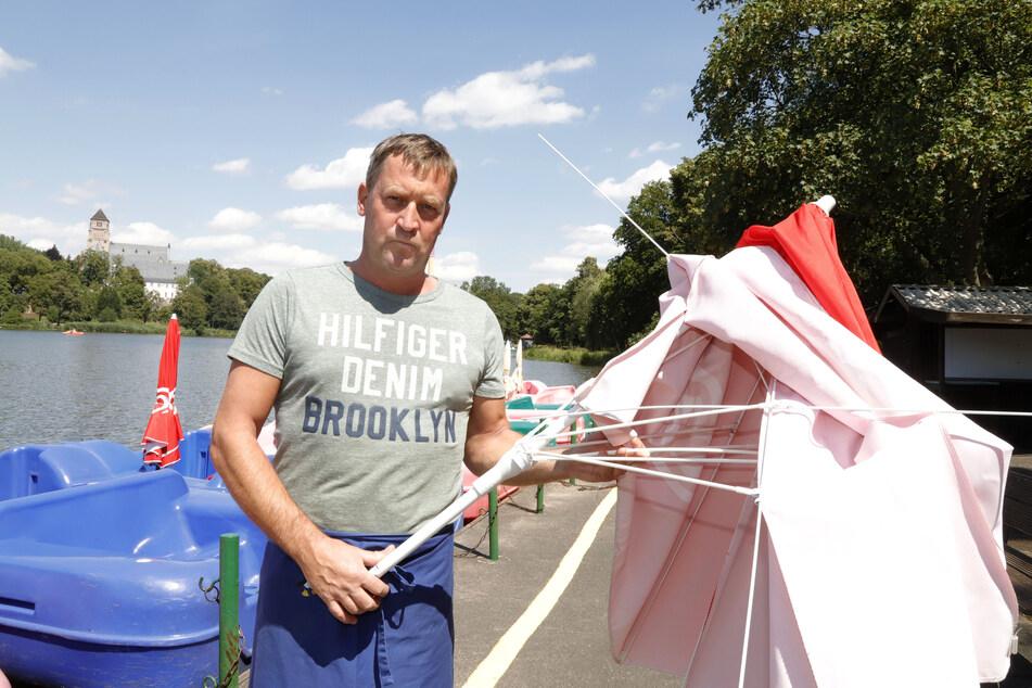 Falko Hirsch (47), Chef der Gondelstation am Schloßteich, ist sauer! Drei Sonnenschirme seiner Tretboote wurden abgebrochen.