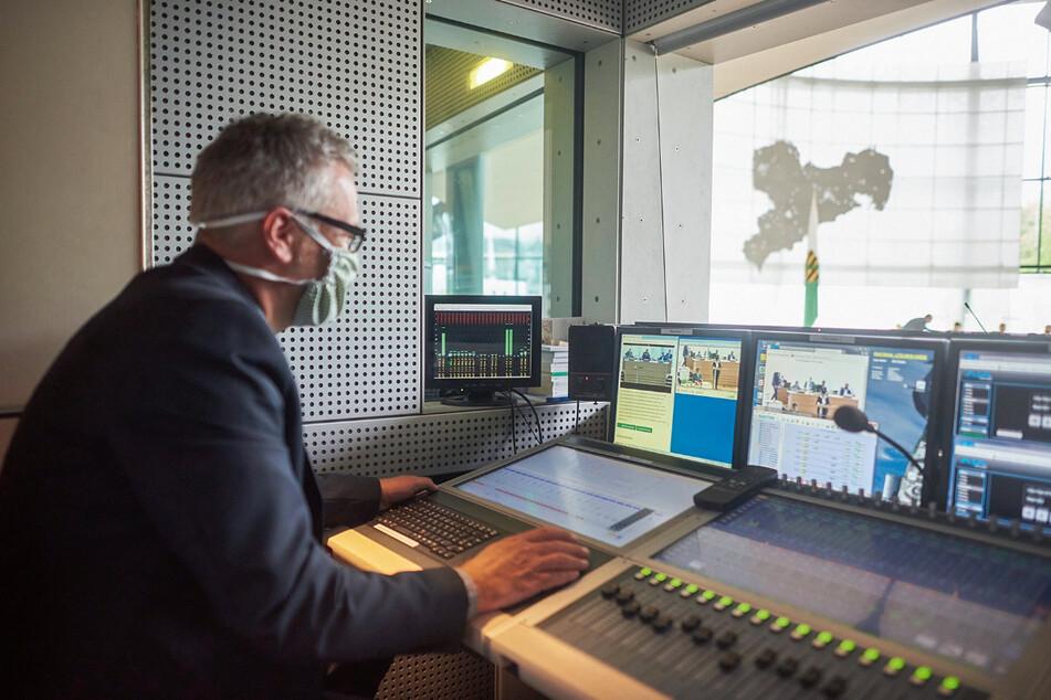 Deutsch-Sächsisch, Sächsisch-Deutsch: Ein Techniker spielt der Software im Landtag Sprachmuster der Abgeordneten vor.