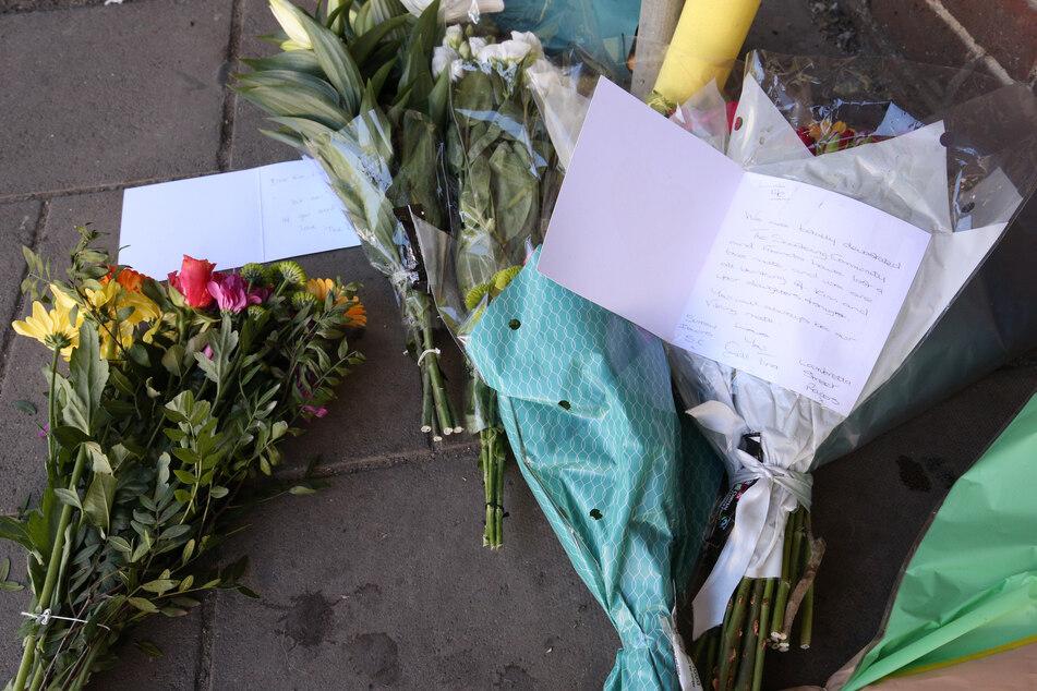 Blumen liegen an der Kreuzung von Cloister Court und Church Street, wo ein Mann bei dem Angriff mit einem Auto ums Leben gekommen ist.