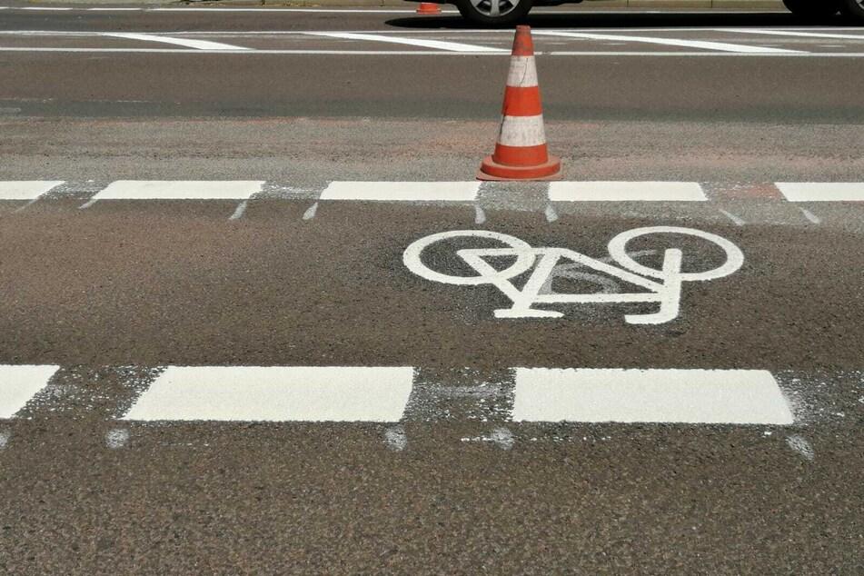 Mit Heißplastik werden die Radfahrstreifen markiert.
