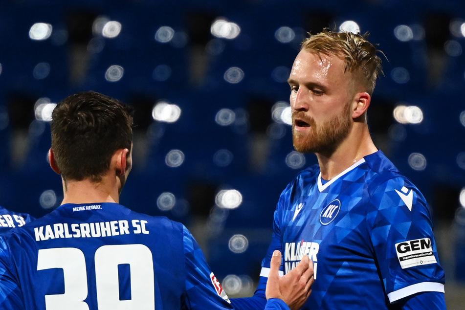 Philipp Hofmann (28, r.) vom Karlsruher SC wurde lange beim Hamburger SV gehandelt, hat den Rothosen aber nun eine Absage erteilt. (Archivfoto)