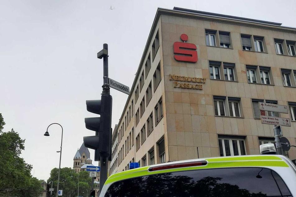 Die Polizei fahndet aktuell nach dem Täter, der die Hauptstelle der Kreissparkasse am Neumarkt überfiel.