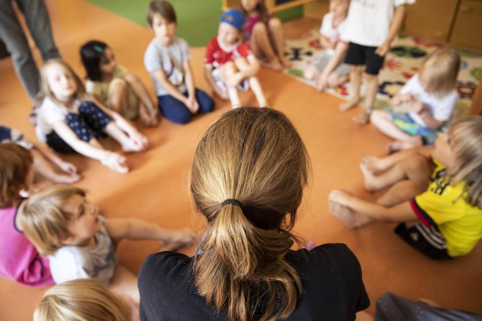 Erzieherinnen im Kindergarten haben ein hartes Jahr hinter sich. Jetzt schickt die Stadt die Mitarbeiter auch noch in die Minusstunden.