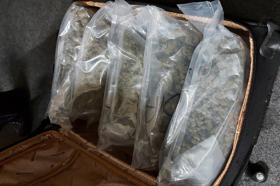 Drogenschmuggel per Taxi! Junger Fahrgast hat Koffer voll Marihuana