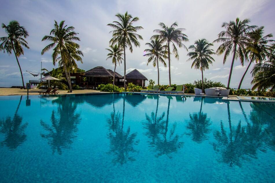 Blick in ein Hotelresort auf den Malediven.