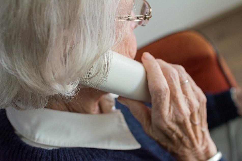 Die Seniorin war schlau unter legte den Betrüger am Telefon rein. (Symbolbild)