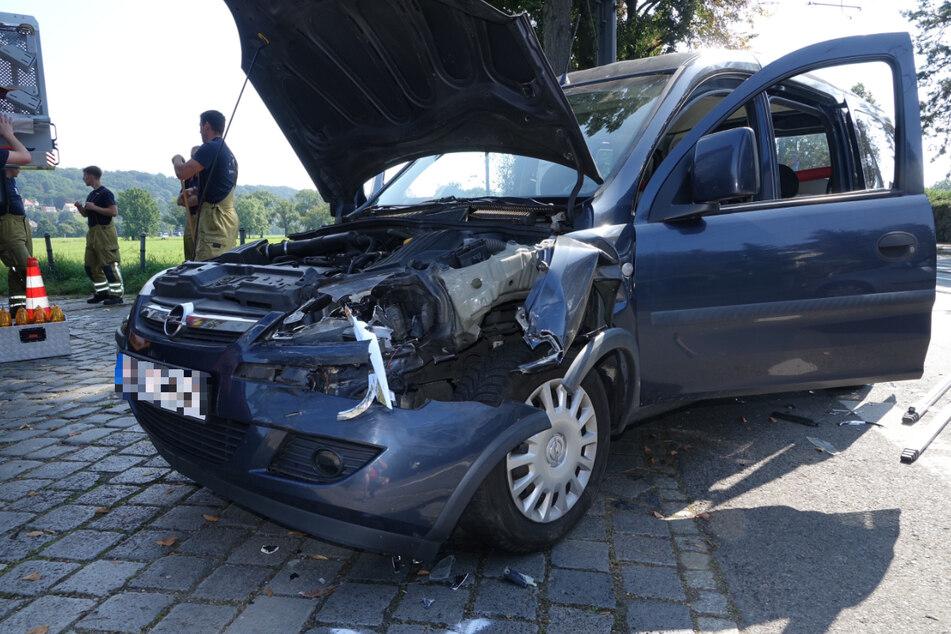Die Vorderseite des Opel wurde bei dem Crash deutlich beschädigt.